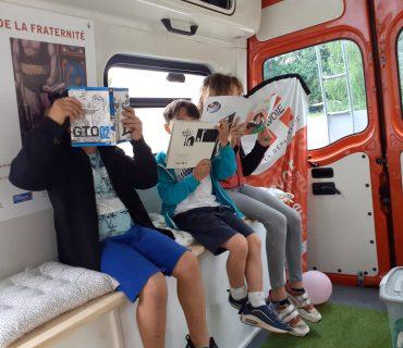 enfants lisant dans le bus